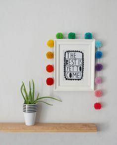 Un pequeño arcoiris compuesto por trece pompones hechos a mano con lana acrílica.La guirnalda mide 90cm de pompom a pompom, aunque puede alargarse o acortarse ligeramente con sólo deslizar los pompones.Es un detalle ideal para añadir fantasía y color en tu hogar. Perfecta para fiestas y celebraciones, habitaciones infantiles o cualquier pared que necesite un extra de viveza.Nota: Por favor ten en cuenta que los colores pueden variar ligeramente en los diferentes monit...