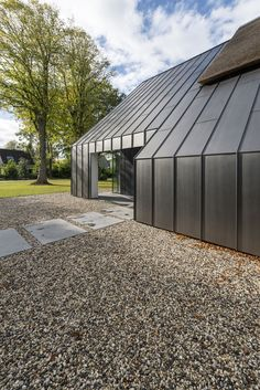 love the small pebbles used for the walkway instead of concrete Zinc Cladding, Roof Cladding, Cladding Design, Farmhouse Architecture, Architecture Details, Modern Architecture, Shed Homes, Prefab Homes, House Extension Design