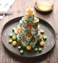 Sushi Christmas Tree - Sushi is not considered a typical holiday food choice, however, presented this way makes it very festive! Sushi Recipes, Appetizer Recipes, Holiday Appetizers, Holiday Recipes, Cute Food, Yummy Food, Christmas Eve Dinner, Christmas Tree, Japanese Christmas
