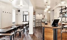 Lieu lumineux, café délicieux, proprio minutieux. Brigth space, tasty coffee, charming owner. #Le Couteau, Montreal