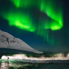 Surfen unter dem Nordlicht in Island