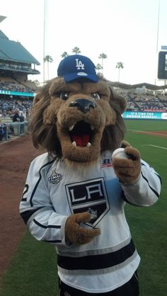 #lakings @baileylakings with his new #dodgers lid