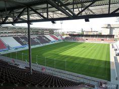 Millerntor-Stadion, Sankt Pauli, Hamburg-Mitte, Hamburgo, Alemania. Capacidad 29 546 espectadores, Equipo local FC St. Pauli. De 1970 a 1998, el Millerntor-Stadion fue conocido como Wilhelm-Koch-Stadion. Su nombre fue cambiado por el actual Millerntor-Stadion por los miembros del club, debido a que su homónimo Wilhelm Koch había sido miembro del partido nazi.