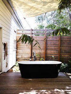 【自宅の裏でリゾート気分】木漏れ日の降り注ぐ、バスタブの置かれたウッドデッキのテラス   住宅デザイン