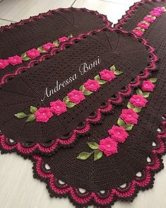 Jogo de tapetes Crochet Table Mat, Birthday Wishes For Son, Crochet Home, Floor Mats, Crochet Projects, Crochet Necklace, Crochet Patterns, Holiday Decor, Pink
