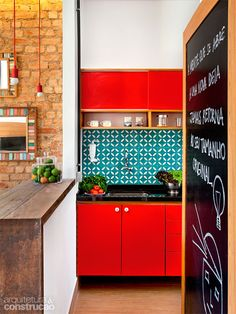 Casinha de vila turquoise and red kitchen
