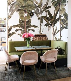10 exemples de salles à manger avec banquettes A bench in the dining room: a cozy corner with an L-shaped bench, velvet chairs and a rug Coin Banquette, Banquette Seating, Dining Nook, Dining Room Design, Dining Table, Küchen Design, House Design, Interior Design, Design Ideas