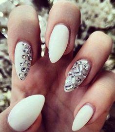 super aktuelle lange Nägel in Weiß mit Dekoration aus Mini Kristallen