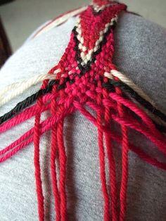 Flettede bånd kan man bruke til så mangt, både til tradisjonelle klesdrakter ogi enmer moderne sammenheng. Disse båndene får nok et typisk... Tablet Weaving, Loom Weaving, Hand Weaving, Finger Knitting, Arm Knitting, Learn To Crochet, Knit Crochet, Knitting Projects, Crochet Projects