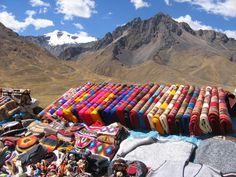 Sur la route du lac Titicaca, des tissus chatoyants..