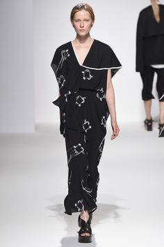 Chalayan Spring 2017 Ready-to-Wear Fashion Show - Julita Formella