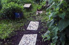 DIY Dale de ciment pavate cu pietricele – accesorii de grădină Dali, Stepping Stones, Outdoor Decor, Home Decor, Diy, Cement, Stair Risers, Decoration Home, Room Decor