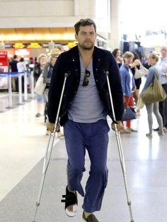 Joshua Jackson humpelt über den Flughafen von Los...