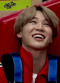His smile is so FUCKING GORGEOUS. Im dead rn. Why he has to da thet to me (and every Jimin stan ofc)? I cant breathe.