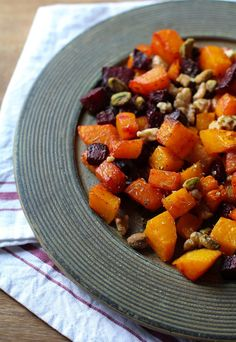 Maple Roasted Butternut Squash and Beets. Made squash good, beets not so much. Beet Recipes, Vegetarian Recipes, Cooking Recipes, Healthy Recipes, Roasted Spaghetti Squash Recipe, Roasted Butternut Squash, Vegetable Side Dishes, Vegetable Recipes, Veggie Meals