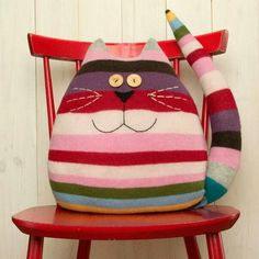 Examples of Decorative Pillow Models 18 - Patchwork - Cool Decorative Pillows Cat Crafts, Kids Crafts, Diy And Crafts, Sewing Toys, Sewing Crafts, Sewing Projects, Fabric Toys, Fabric Crafts, Cat Pillow