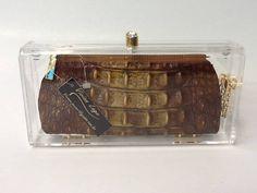 Clutch acrilica com ponto de luz dourado,bolsinha em couro estampa croco, puxador dourado, forro em cetim. Nossos produtos são feitos artesanalmente. CONSULTAR DATA DE ENTREGA R$ 229,00