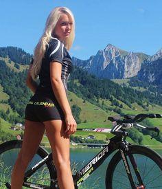 Naar de kalender van de Italiaanse bandenmaker Pirelli wordt jaarlijks reikhalzend uitgekeken, wat ook wielerfabrikant Atzeni Race moet geïnspireer...