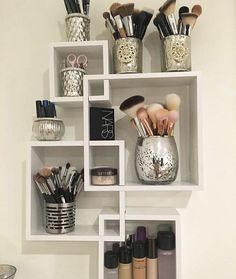 Makeup Room Ideas room DIY (Makeup room decor) Makeup Storage Ideas For Small Space - Tags: makeup room ideas, makeup room decor, makeup room furniture, makeup room design Makeup Room Diy, Makeup Rooms, Diy Makeup Storage, Makeup Vanity Organization, Makeup Desk, Wall Makeup Organizer, Makeup Storage Picture Frame, Makeup Box, Beauty Storage Ideas