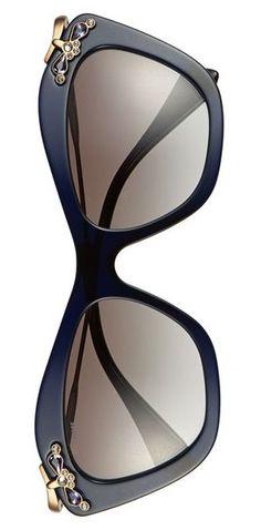 Miu Miu Clyclamen é um mix entre a sofisticação clássica e a ousadia moderna! www.oticaswanny.com #compreonline #compreoseu #oticaswanny #miumiu #miu #cyclamen #strass #cristais #sunglasses #oculos #sol #modasolar