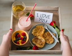 Romantisch valentijns ontbijt Romantisch valentijns ontbijt op bed - The answer is food Birthday Breakfast For Husband, Mothers Day Breakfast, Mothers Day Brunch, Romantic Breakfast, Hotel Breakfast, Perfect Breakfast, Valentines Breakfast, Breakfast Platter, Birthday Morning