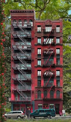 Red building New York, 2013 100x172cm.