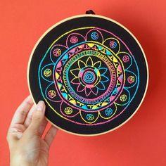 O universo quer que você seja feliz!  Chegou a nova mandala arco-íris, que bordei na esperança de levar muito aconchego pra sua casa!  Disponível na loja: elo7.com.br/nuvemcanela  #bordado #bordadolivre #bordadoamao #mandala #modahippie #hippie #colorido #decoração #inspiração #criatividade