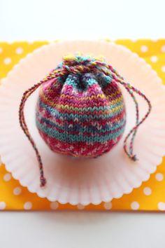 【動画あり】Opal の残り糸で編む、小さい巾着の編み方(大きさ3種類) – My Cup of Tea Handmade Bags, Handmade Crafts, Diy And Crafts, Yarn Crafts, Sewing Crafts, Sewing Projects, Baby Hats Knitting, Knitted Hats, Freeform Crochet