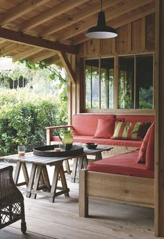 Un salon d'été qui se fond dans la nature...Plus de photos sur Côté Maison http://petitlien.fr/7fck