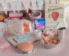 Miniature Baking Strawberry Cake Set por CuteinMiniature en Etsy