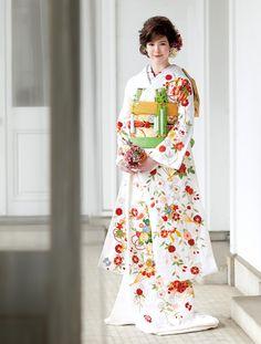 優雅にまとう 大人のためのきものスタイル | ウエディング | 25ans(ヴァンサンカン)オンライン Traditional Japanese Kimono, Traditional Fashion, Traditional Outfits, Japanese Wedding, Japanese Brides, Kabuki Costume, Japanese Costume, Wedding Kimono, Kimono Design
