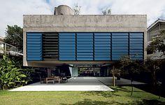 Imponente entre as casas de City Boaçava, em São Paulo, a caixa de concreto aparente de 300 m² dá a impressão de flutuar, suspensa por quatro pilares. O projeto premiado é do escritório MMBB.