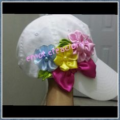 Gorra decorada Hat Decoration, Baby Converse, Crazy Hats, Flower Hats, Creative Activities, Kids Hats, Ribbon Embroidery, Diy Projects To Try, Headgear
