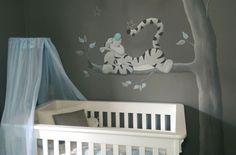Muurschildering Tijgertje op een tak met baby blauwe accenten voor in de babykamer. Gemaakt door BIM Muurschildering. Tigger mural painting nursery baby blue