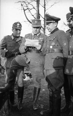 """Bronislaw Kaminski, le chef de la brigade """"Kaminski"""", commandant de la Waffen-Grenadier-Division der SS RONA (russische Nr. 1) en compagnie d'officiers de la police"""