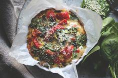 Denne retten er en blanding mellom en omelett og en pai. Det er enkelt å  lage vellykket omelett når den bakes i ovnen, så lenge du har en egnet  form. Det fine med det er at du kan fylle omeletten stappfull med masse  deilige grønnsaker, og det er mindre risiko for å svi omeletten under. Du  må