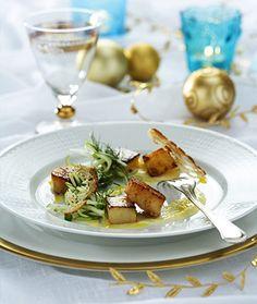Halstrad pilgrimsmussla med parmesanaioli, krispig äppelsallad, potatisfondant och levainchips