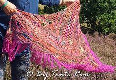 Russia haken   Note: ik heb het bovenstaande en bestaande diagram naar eigen inzicht en ervaring aangepast door bij de boogjes 6 lossen te gebruiken i.p.v. 8 en bij sommige 10 lossenbogen maar 8 lossen. En bij de granny-toeren heb ik 1 losse gedaan i.p.v. 2 lossen. Wil je de het patroon iets stoerder... Lees meer Crochet Shawls And Wraps, Crochet Cardigan, Knitted Shawls, Knit Crochet, Crochet Chart, Yarn Crafts, Crochet Clothes, Crochet Projects, Capes
