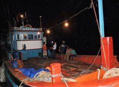 Sự việc tàu cá của ngư dân Trần Hiền chưa nguôi, tối qua 16/8, tàu cá QNg 96697-TS của ngư dân Lê Khởi lại trở về đảo Lý Sơn với nhiều vết tích bị đập phá và bị cướp mất toàn bộ máy móc, tài sản trên tàu.