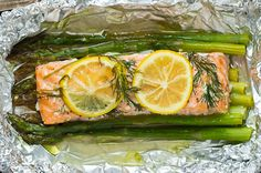 So easy: Lachs Rezept im Ofen in Alufolie mit grünem Spargel *** Salmon and Asparagus in Foil & in the oven.
