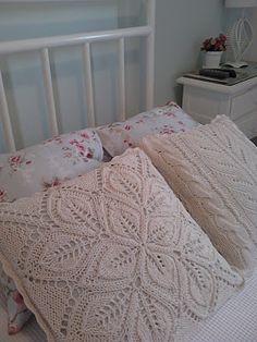 almofadas de tricô - stunning leaf design for pillow covers