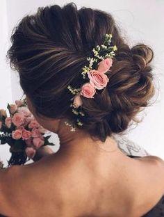 Penteado para noivas: coroa de flores e coque