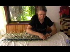 Kete Whakairo (NZ Flax - Phormium) Tutorial - Part One Flax Weaving, Willow Weaving, Weaving Art, Basket Weaving, Types Of Weaving, Maori Designs, Nz Art, Newspaper Basket, Maori Art