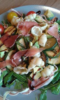Salade met mozzarella, parmaham, gegrilde courgette z tomaatjes, sperziebonen, balsamico, rucola, pasta,  basilicum en avocado..  een echte aanrader. Lauw serveren is de boodschap
