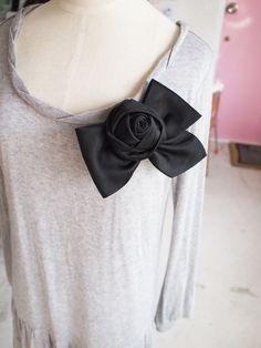みちくさアートラボ、ネクタイリメイク担当シイナです。 古いネクタイを、巻いたり折ったりするだけで、簡単縫わずに素敵なコサージュができる講座です☆ ちょっとやり方を変えるだけで、いろんなお花の形になるので、ネクタイリメイクは一度体験すると、ハマります... ...
