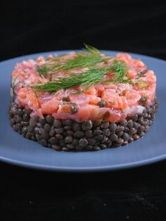 Salmon tartare and lentil salad meeting) - Popular Recipes 2019 Salmon Tartare, Green Lentils, Lentil Salad, Cooking Recipes, Healthy Recipes, Ceviche, Smoked Salmon, Salmon Recipes, Food Presentation