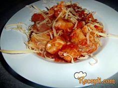 Recept za Njoke u paradajz sosu. Za spremanje ovog jela neophodno je pripremiti krompir, žumanca, bašno, so, paradajz, peršun, origano, paradajz pire, šunku.