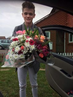 Aww! Charlie bought his mum flowers for Mothers Day ❤️ so cute, I love him so much ❤️
