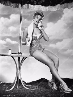 photo leggy pinup Kim Novak in swimsuit 89-05