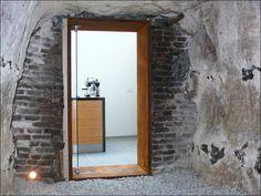 House: brick wall, corten steel frame, glass door. Woning: gemetselde muur, corten stalen kozijn, glazen deur.